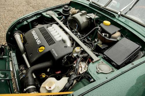 Välfyllt motorrum, men installationen är proffsig. Notera friskluftsfläkten där kåpan är original 92.