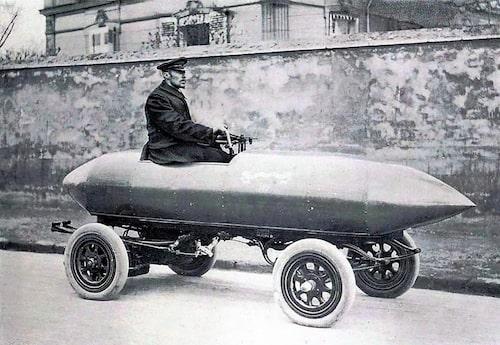"""Elbilar var sena 1800-talets snabbaste fordon. Camille Jenatzy, de Röde Djävulen, var förmodligen den första människan som färdades i ett fordon i över hundra kilometer i timmen. Han kallade sin elbil för """"Aldrig Nöjd""""."""