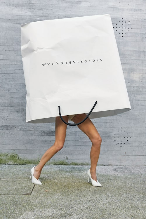 Tillsammans med fotografen Juergen Teller återskapade Victoria nyligen en i dag klassisk kampanj för Marc Jacobs då Victorias ben stack upp ur en av designerns påsar. Nu stack hennes ben fram ur det egna märkets påse.