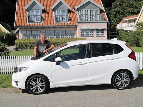 Bilden är ett montage. Bilen är inte större än huset i verkligheten. Jazz är fyra meter.