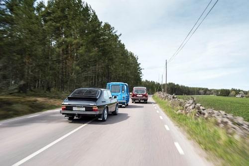 Bilden ljuger en aning. Tjorven har inte tillräckliga fartresurser för omkörning på landsväg.