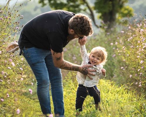 Våra förväntningar på barns utveckling varierar inte bara mellan olika kulturer. De kan också skilja sig åt mellan generationer i en och samma kultur och påverkas av hur man lever sitt vardagsliv.