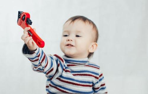 Kolla, en skiftnyckel! Att uppmärksamma barnets nyfikenhet över vad det än gäller, och att tillsammans utforska det barnet är intresserat av, är bra, säger psykolog Antonia Reuter.