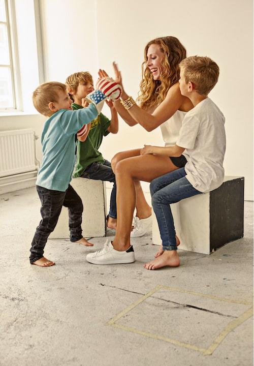 Eva Röse med sönerna Florian, Flynn och Floyd, som hon har med fotografen Jacob Felländer.
