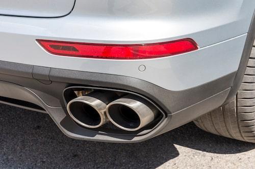 De fyra avgasutblåsen har knuffats utåt sidorna för att ge intryck av en bredare bil.