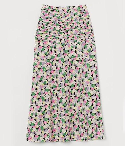 Blommig kjol från H&M med elegant slits. Klicka på bilden och kom direkt till kjolen.