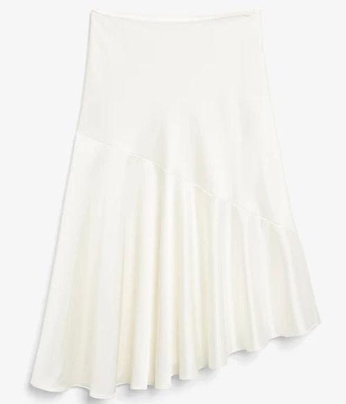 Vit satinkjol i asymmetrisk modell från Monki. Klicka på bilden och kom direkt till kjolen.