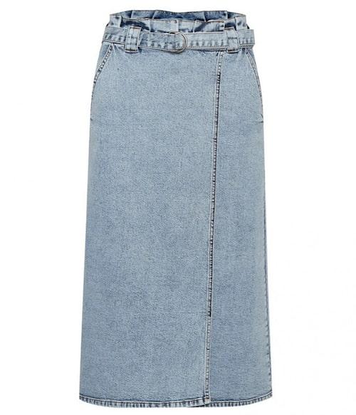 Mellanlång jeanskjol från Gestuz. Klicka på bilden och kom direkt till kjolen.