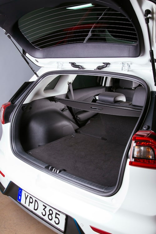 Baksätet är endast fällbart 40/60 och lastöglorna är dåliga. Under golvet finns batteriet hos hybriderna.
