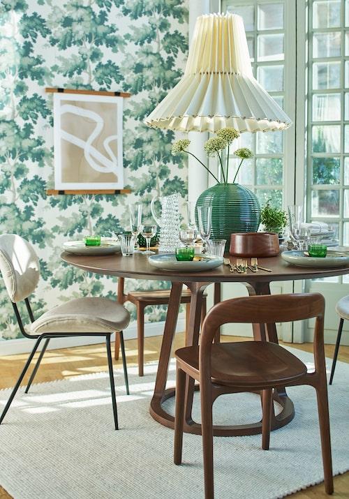 Matbord i massivt valnötsträ, Rådjuret, Sweef. Sammetsklädd stol, HKliving, Stolar i massivt valnötsträ, Sweef.
