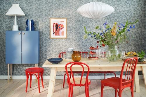 Stol med rottingsits, No18, Ton, röd pall, No60. Ton. Stol P5, Svenskt tenn. Soffa Brusen, Ikea, matbord Industriell, Ikea