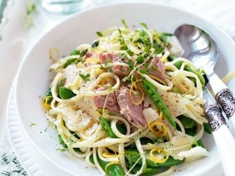 Recept på snabb pasta med tonfisk och sugar snaps.