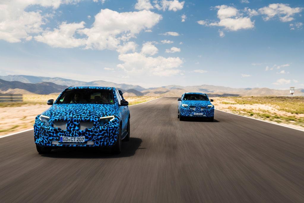 Spanien ist die aktuelle Station für den Mercedes-Benz EQC auf dem Weg zur Serienreife – die Mercedes-Benz Hitzeerprobung. Besonderes Augenmerk liegt hier auf den für Elektrofahrzeuge anspruchsvollen Disziplinen wie Klimatisierung und Laden sowie Kühlung der Batterie, des Antriebs und der Steuergeräte bei extremer Hitze. Natürlich werden auch klassische Kriterien wie Fahrdynamik und Fahrkomfort erneut strengen Tests unterzogen.   Spain is the current stage for the Mercedes-Benz EQC on the road to series production maturity – the Mercedes-Benz heat testing. Particular attention is given to aspects which are very demanding for electric cars, i.e. air conditioning and charging, as well as cooling the battery, drive system and control units in extreme heat. Naturally classical criteria such as driving dynamics and ride comfort are also subjected to further, stringent tests.