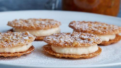 Lägg ihop kakorna två och två med hjortronkräm emellan.