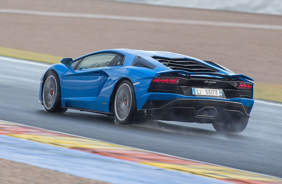Sällsynta är de tillfällen då vi på Teknikens Värld rattar supersportbilar på racerbana i ösregn.
