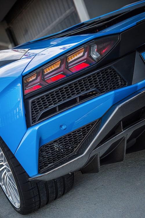 Förändrad aerodynamik även bak tillsammans med en ställbar vinge.