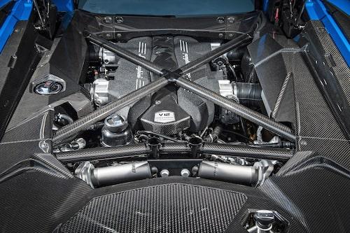 En 6,5 liters V12:a inbäddad bland kolfiber och bakre stötdämpare. En väldigt sällsynt sak numer. En relik säger vissa, men motorljudet charmar de flesta.