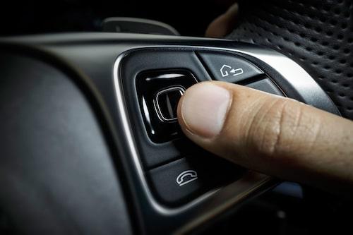 Med små touchknappar på ratten sköter du de flesta inställningarna. Men får dock vara lätt på fingret…