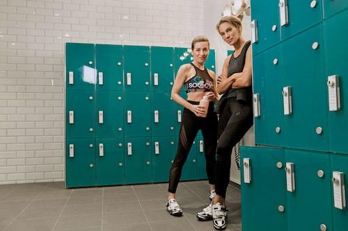 På söndagar träffas Martina Bonnier och Emma Wiklund ofta på becoreträningen och tränar sina magmuskler med det högintensiva pilatespasset.