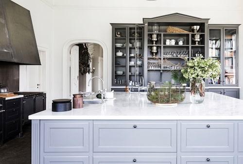 En omfångsrik köksö för ett stort kök, inredning från Kitchen tailor.