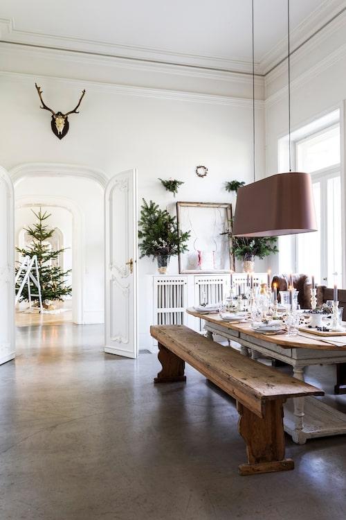 Det stora bordet i fransk lantstil. Taklampa från Moooi och bord och bänk är från Den røde lade utanför Helsingør. Kyrkbänken mittemot är från Amager kyrka.