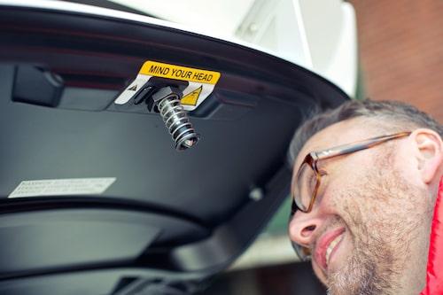 Mind your head! Motorluckan är ranglig tack vare lättviktsbygge.