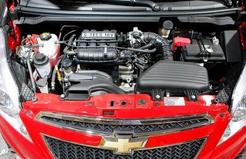 """Chevrolet Spark kommer i Sverige att lanseras med två motorer. Den ena på 1,0 liter och den andra  på 1,2 liter. På pappret skiljer det 13 hästkrafter men förbrukning och utsläpp ska vara desamma.""""Lilla"""" Spark är mycket lätthanterad och smidig oavsett om det gäller parkering eller trixiga filbyten."""