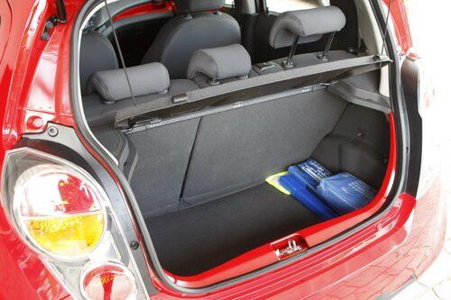 170 liter får plats i Sparks bagageutrymme när sätet är uppfällt. Behövs det mer yta kan baksätet fällas 60/40.