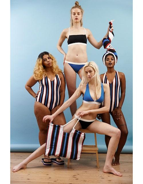 Randig baddräkt, 250 kr. Bikinitrosor i blått & svart, 80 kr. Svart bikinitopp, 100 kr. Blå bikinitopp, 150 kr. Randig strandbag, 200 kr. Handduk, 150 kr.