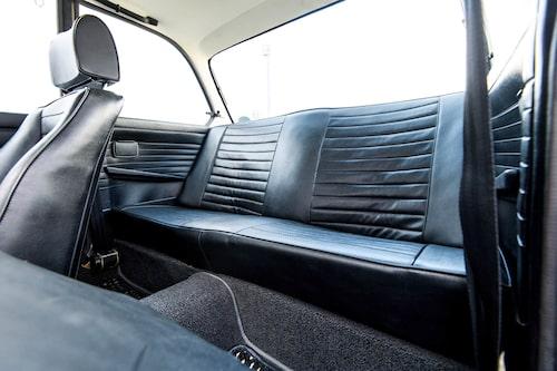 Baksätet är trångt, men inte på Porsche-nivå. Fyra vuxna kan åka med utan större bekymmer. Bälten i baksätet fanns inte på den här tiden.