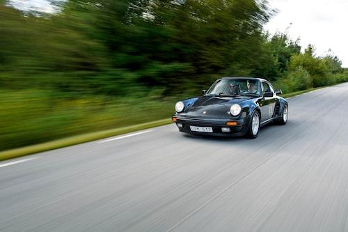 Porsche 930, som turbomodellen heter internt, är snabb även med moderna mått mätt. 0-100 km/h avklaras på drygt fem sekunder, och toppfarten ligger norr om 250 km/h. Att den blir lätt över framhjulen i de hastigheterna kan bilens ägare intyga.