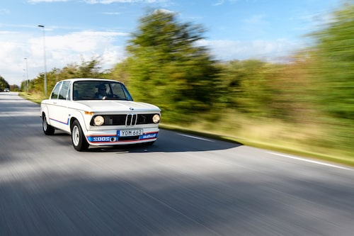 2002 Turbo har en elak uppsyn. Tyska myndigheter förbjöd snabbt BMW från att montera de spegelvända dekalerna på frontspoilern, eftersom de ansågs uppmuntra till vårdslös körning. BMW gick runt det genom att skicka med klistermärkena på sidan av.