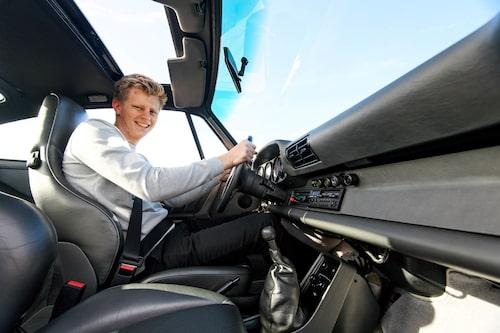 Ungefär så här glad blir man av en provtur i en Porsche 911 Turbo.