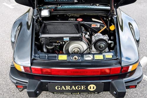 I det trånga motorrummet har man lyckats klämma in både turbo, intercooler och ac-pump. Det gjorde bilen ännu mer baktung än enklare 911-modeller.