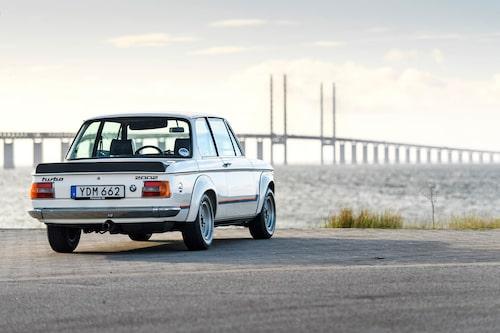 BMW:n tittar längtansfullt över bron til kontinenten. Kanske saknar den sina glansdagar på Autobahn.
