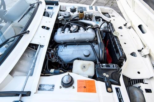 Tvålitersmotorn och insprutningssystemet kommer från 2002 tii, men har andra kolvar för lägre kompression och, förstås, en turbo.