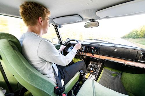 Turbotryckmätaren har paradplatsen på instrumentbrädan. Rattstången kommer på klassiskt Saab-vis ut ur instrumentbrädan i en vinkel.