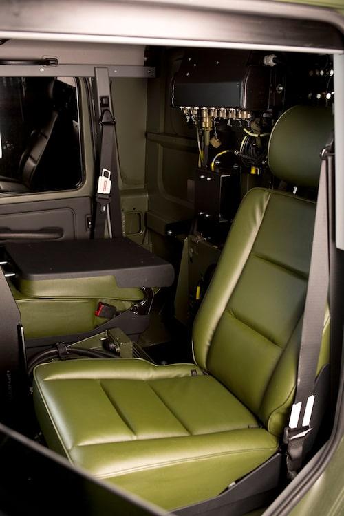 Baksätet består av två separat fällbara stolar, kan i princip agera mindre sambandscentral.