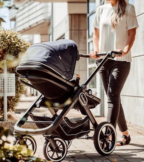 Emmaljungas robusta barnvagn funkar på grusvägar.