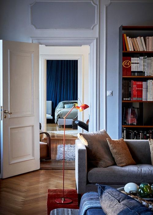 I sovrummet längst bort har Laurence trollat bort väggen bakom sängen med ett draperat tyg. På väggen fanns en målning som hon inte tyckte passade in i inredningen.