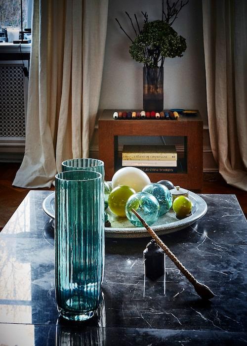 De höga glasvasernaär från Deem i Hongkong. Glasbollarna kommer från japanska fisknät. Ägg i keramik från Österrike och bricka från Vietnam.
