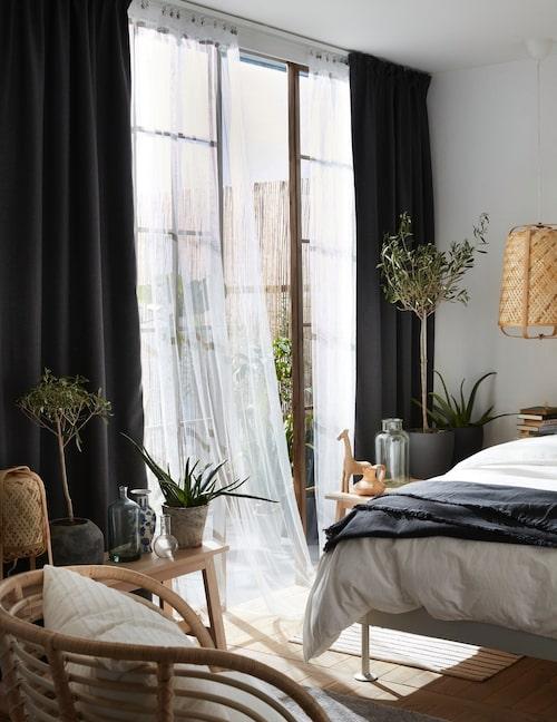 Låt två typer av gardiner samsas i sovrumsfönstret: En mörkläggningsgardin som stänger ute ljus och en skir gardin som ger insynsskydd.