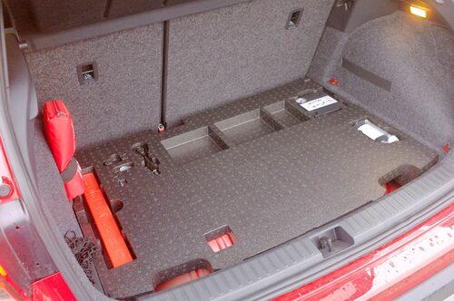 Två av tre tankar är placerade under bagageutrymmets golv som därmed höjts.