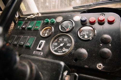 Rediga vippströmbytare och analoga mätare bakom planglas. Tankmätaren sjunker i raketfart.