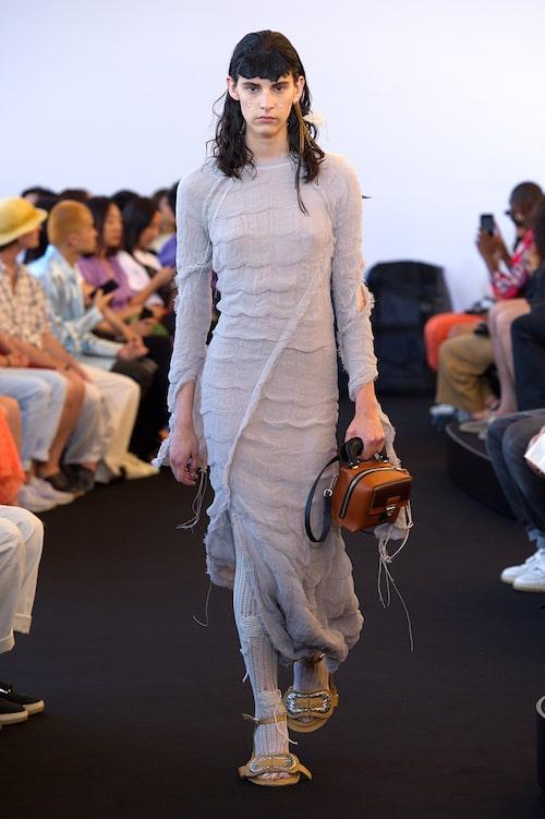 Den tunnstickade klänningen (eller ett par byxor för den delen), funkar lika bra som en tunnstickad kofta och kjol. Här hos Acne Studios.