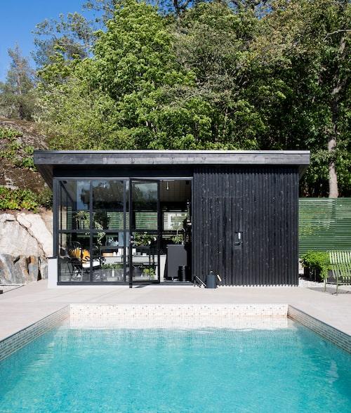Poolen är gjord av Folkpool och Pool-Johan och klädd i mosaikliner. Vid kortänden ett förråd och växthus som även är ett poppis matrum.