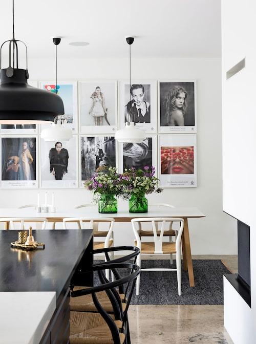 Till höger den öppna spisen som ligger mellan kök och vardagsrum. Köksbord, Hay, Y-stolar av Hans Wegner, lampor,