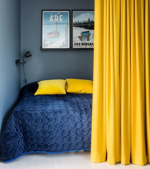 En av sönernas sovrum går i blått och gult. Överkast, Mimou, det tjocka gula tyget är köpt på Länna möbler.