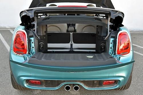 Det gäller att packa med mjuka väskor, då ryms 215 liter med uppfällt tak. Fällbar rygg ökar flexibiliteten.
