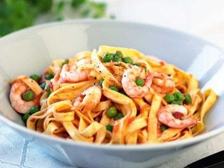 Recept på räkpasta med tomat och ärter.